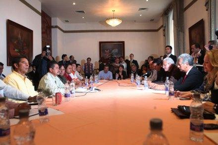 El encuentro entre maestros y legisladores. Foto: Miguel Dimayuga