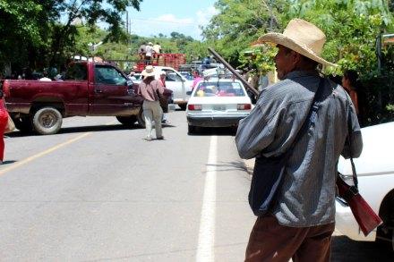Comunitarios de Guerrero bloquean carretera y retienen a militares. Foto: José Luis de la Cruz