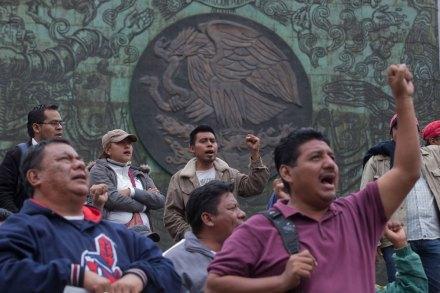 Maestros protestan en la sede del poder legislativo. Foto: Octavio Gómez