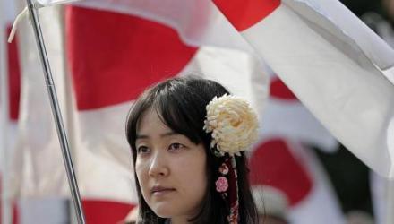 Una mujer japonesa durante una protesta en Tokio. Foto: AP