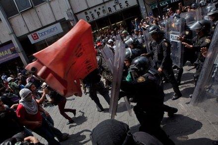 #1Smx. Anarquistas y granaderos se enfrentan previo a la entrega del I Informe. Foto: Miguel Dimayuga
