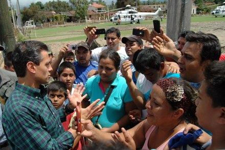 Damnificados en Guerrero exigen ayuda a Peña. Foto: Xinhua / Edgar de Jesús