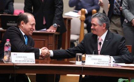 El consejero Marco Antonio Baños y el presidente del IFE, Leonardo Valdés. Foto: Benjamin Flores