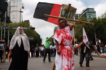Maestros de la CNTE bloquean la Segob y simulan crucifixión. Foto: Hugo Cruz