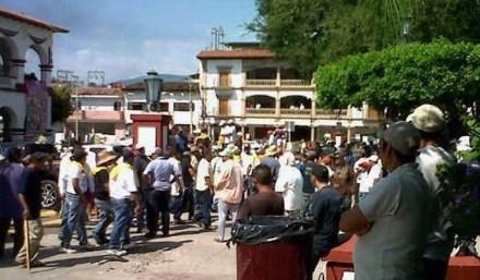 Autodefensa toma alcaldía de Apatzingan... Foto: La voz de Michoacán
