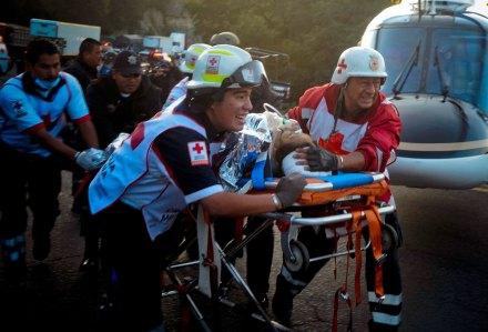 Vuelca autobús en la carretera Naucalpan-Toluca; hay 14 muertos y 11 heridos. Foto: Xinhua / Manuel Campos