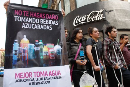 Activistas protestan afuera de un local de Coca-Cola. Foto: Hugo Cruz