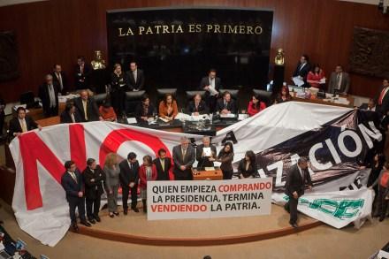 Perredistas toman la tribuna en el Senado. Foto: Octavio Gómez