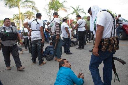 Autodefensas se enfrentan con Caballeros Templarios en Nueva Italia, Michoacán. Foto: Miguel Dimayuga
