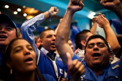 Simpatizantes de Juan Orlando Hernández celebran su victoria. Foto: Edu Ponces