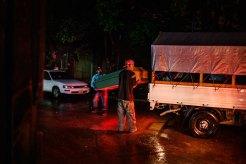 Trabajadores de una funeraria trasladan un ataúd en el exterior de la morgue de Tegucigalpa. Foto: Edu Ponces