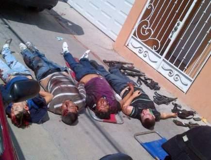 Los cuatro presuntos delincuentes abatidos y las armas decomisadas en el enfrentamiento en Zumpango del Río. Foto: Especial.