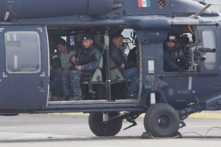 El Chapo es escoltado por elementos federales a bordo de un helicóptero. Foto: Miguel Dimayuga.
