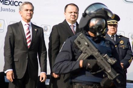 Mancera y Almeida durante la presentación de un equipo táctico para el DF. Foto: Octavio Nava