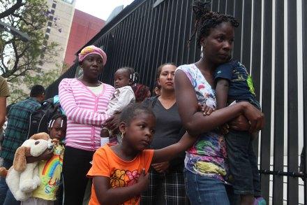 """Migrantes que se refugiaban en el albergue """"La 72"""" protestan en el Senado. Foto: Benjamin Flores"""
