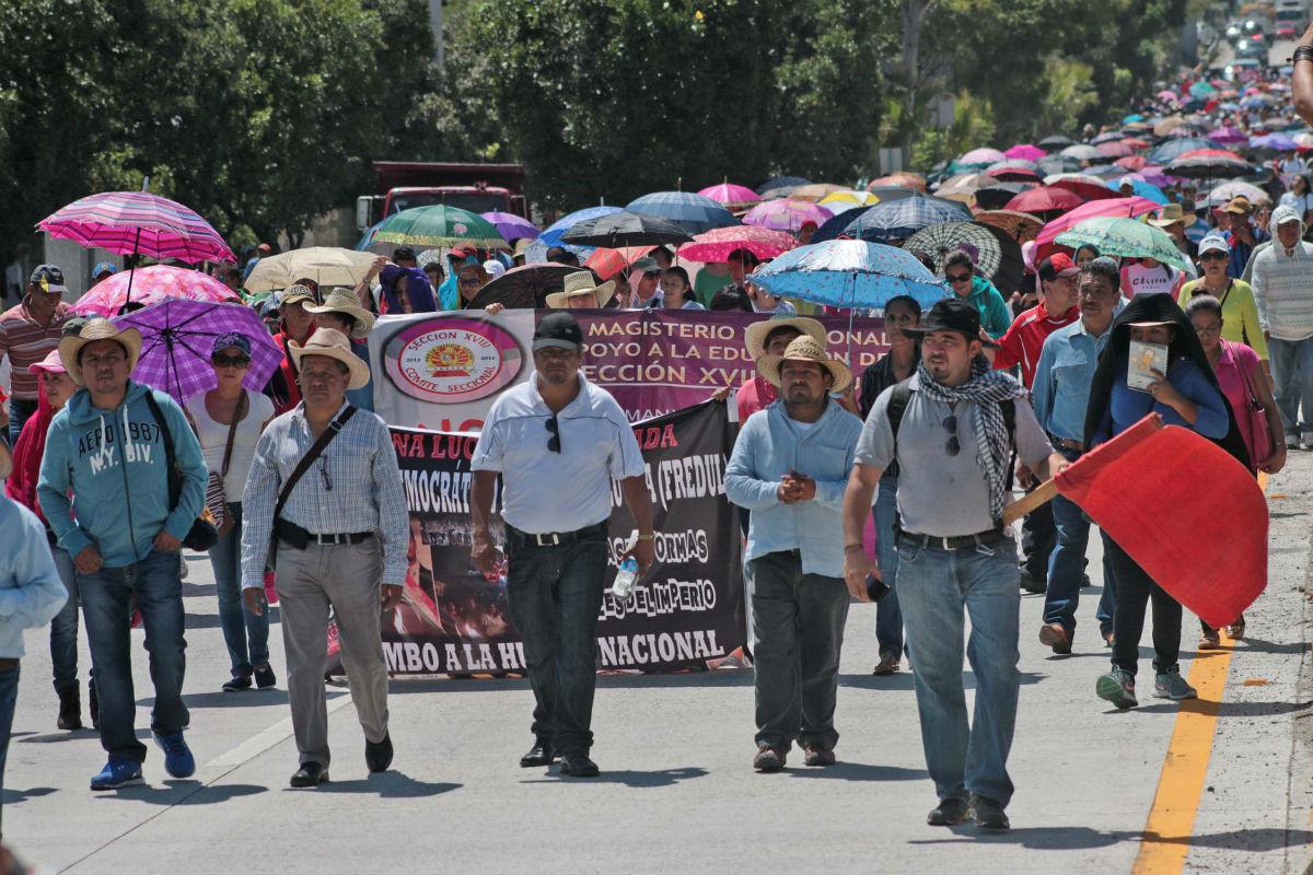 Cetegistas marchan sobre la autopista Del Sol en contra de la reforma educativa y por la desaparición de los 43 normalistas de Ayotzinapa. Foto: José Luis de la Cruz