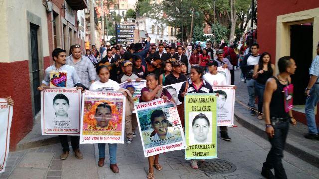Padres de normalistas y madre de asesinado protestan en Guanajuato. Foto: Verónica Espinosa