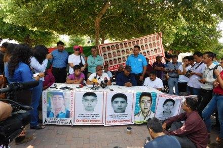 La reunión de los padres de los normalistas desaparecidos con las familias de las víctimas del incendio en la guardería ABC. Foto: Milton Martínez