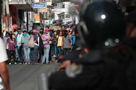 Narcopolicías levantan y asesinan a normalistas de Ayotzinapa en Iguala. La peor masacre del sexenio - Página 12 85b4be91fbd8395c99-151112_funpeg_jlc2-d