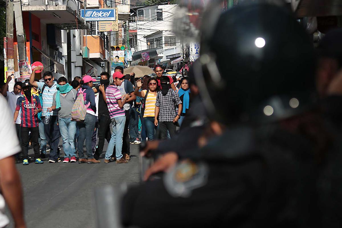 Normalistas protestan en el ayuntamiento de Chilpancingo. Foto: José Luis de la Cruz