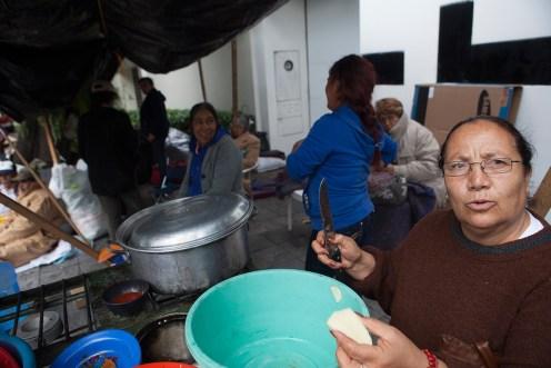 Un grupo de mujeres prepara comida en el campamento de exbraceros afuera de la Casa Blanca. Foto: Miguel Dimayuga