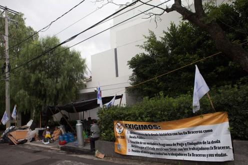 El plantón de los exbraceros en la Casa Blanca. Foto: Miguel Dimayuga
