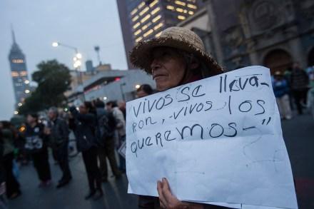 Familiares de los normalistas desaparecidos protestan en la Ciudad de México. Foto: Octavio Gómez