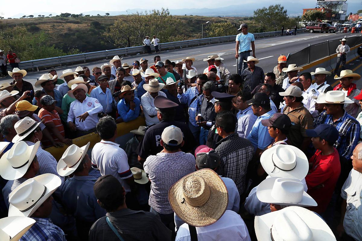 Campesinos de Morelos cierran autopistas del Sol y Siglo XXI. Foto: Margarito Pérez