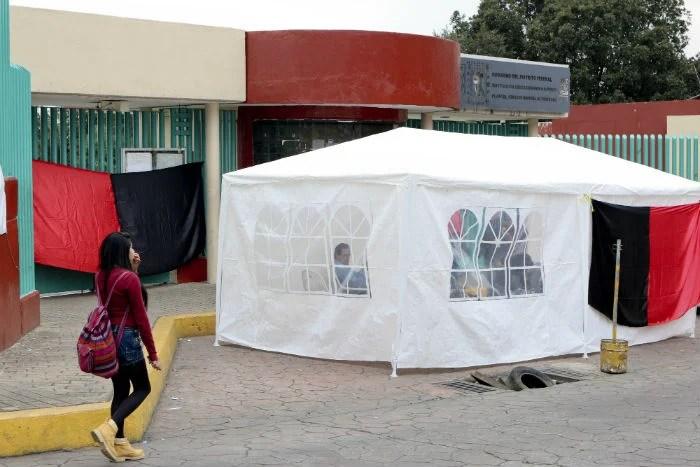 Trabajadores de prepas del DF iniciaron una huelga en demanda de aumento salarial. Foto: J. Raúl Pérez