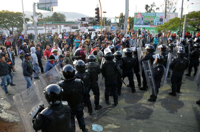 Enfrentamiento entre policías y maestros. Foto: Jesús Cruz