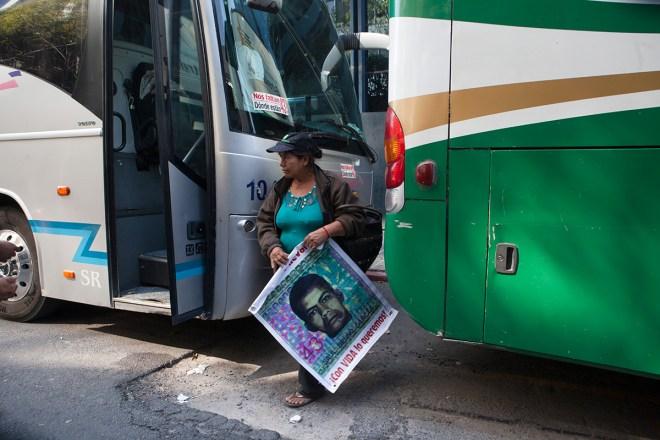 Padres de los normalistas desaparecidos se reúnen con la titular de la PGR. Foto: Miguel Dimayuga