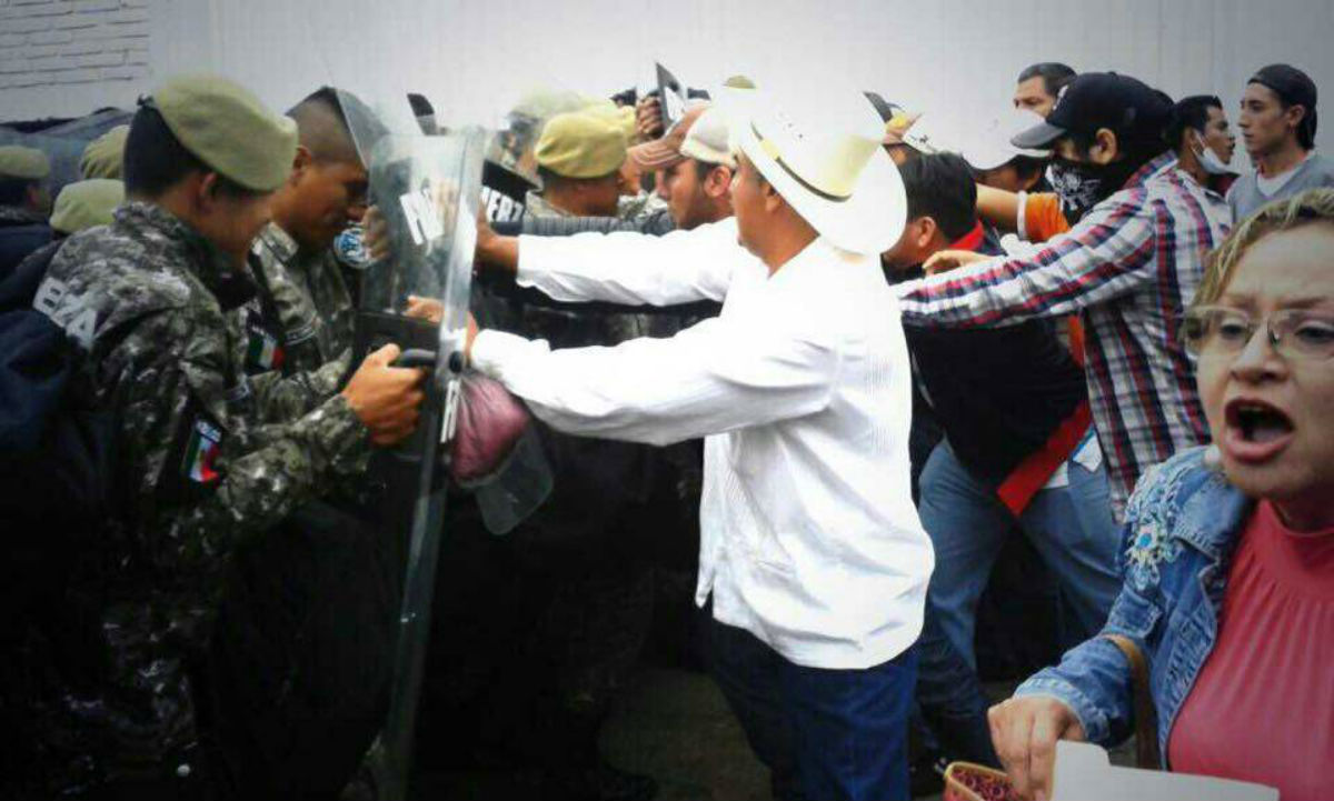 Policías veracruzanos agredieron a maestros de la CNTE y a reporteros. Foto: Tomada de Facebook