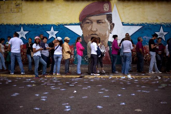 Un mural con la imagen del expresidente Hugo Chávez en una casilla de votación en Caracas. Foto: AP / Ariana Cubillos