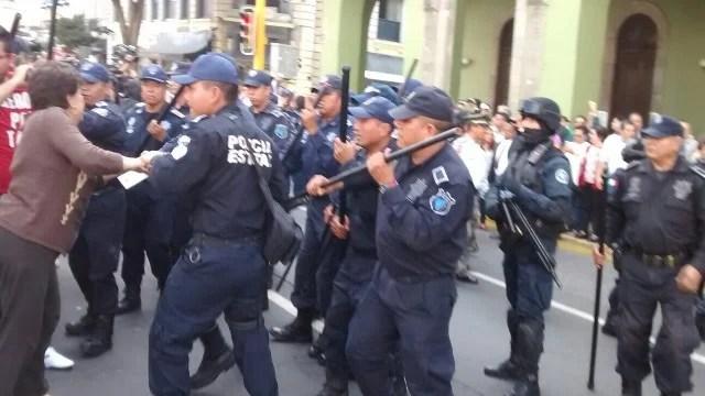Reprime policía de Duarte a jubilados. Foto: Platanegra.mx