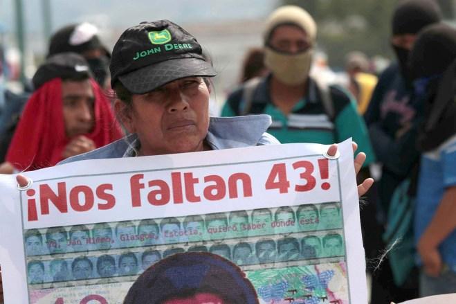 Padres de los 43 normalistas protestan en Chilpancingo. Foto: José Luis de la Cruz