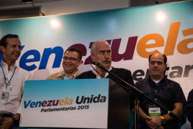 El expresidente colombiano Andrés Pastrana (centro), acompañado por los expresidentes de Bolivia, Jorge Quiroga; de Uruguay, Luis Alberto Lacalle y dirigentes opositores, durante una conferencia de prensa en la casa de campaña de la opositora Mesa de la Unidad Democrática (MUD), en Caracas. Foto: Xinhua