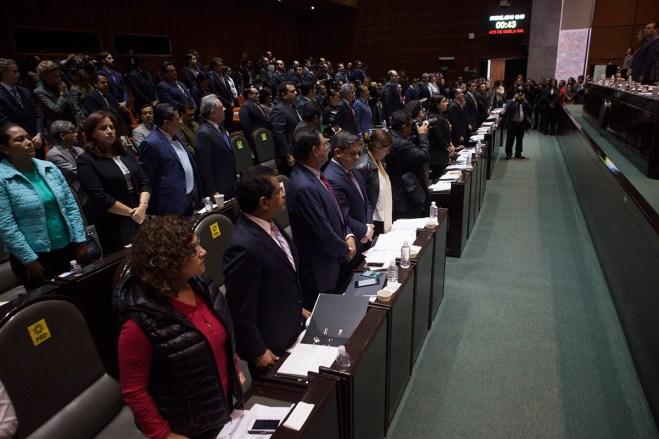 Diputados guardan un minuto de silencio por el asesinato de Gisela Mota. Foto: Miguel Dimayuga