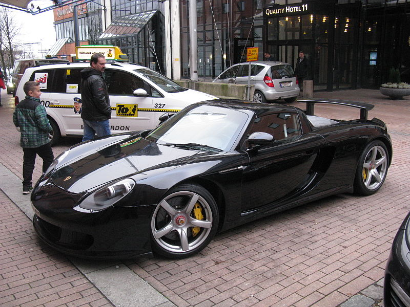 By nakhon100 (Porsche Carrera GT) [CC BY 2.0], via Wikimedia Commons
