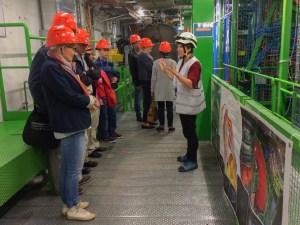 Milena Quittnat guidar besökare i underjorden vid experimented CMS vid LHC, CERN