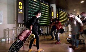 El primer avión que llega a Valencia procedente del extranjero cuyos viajeros están obligados a pasar una cuarentena ha aterrizado unos minutos antes de las 14 horas de este jueves en el aeropuerto de Manises, procedente de Zurich y operado por la compañí