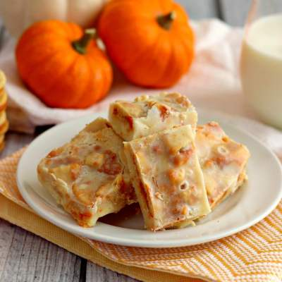 This Pumpkin Spice Oreo Fudge is creamy, smooth, and full of pumpkin flavor.