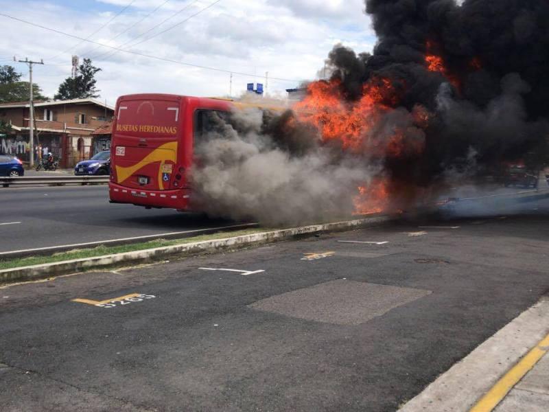 Incendio buseta Datsun. Foto Facebook Bomberos CR
