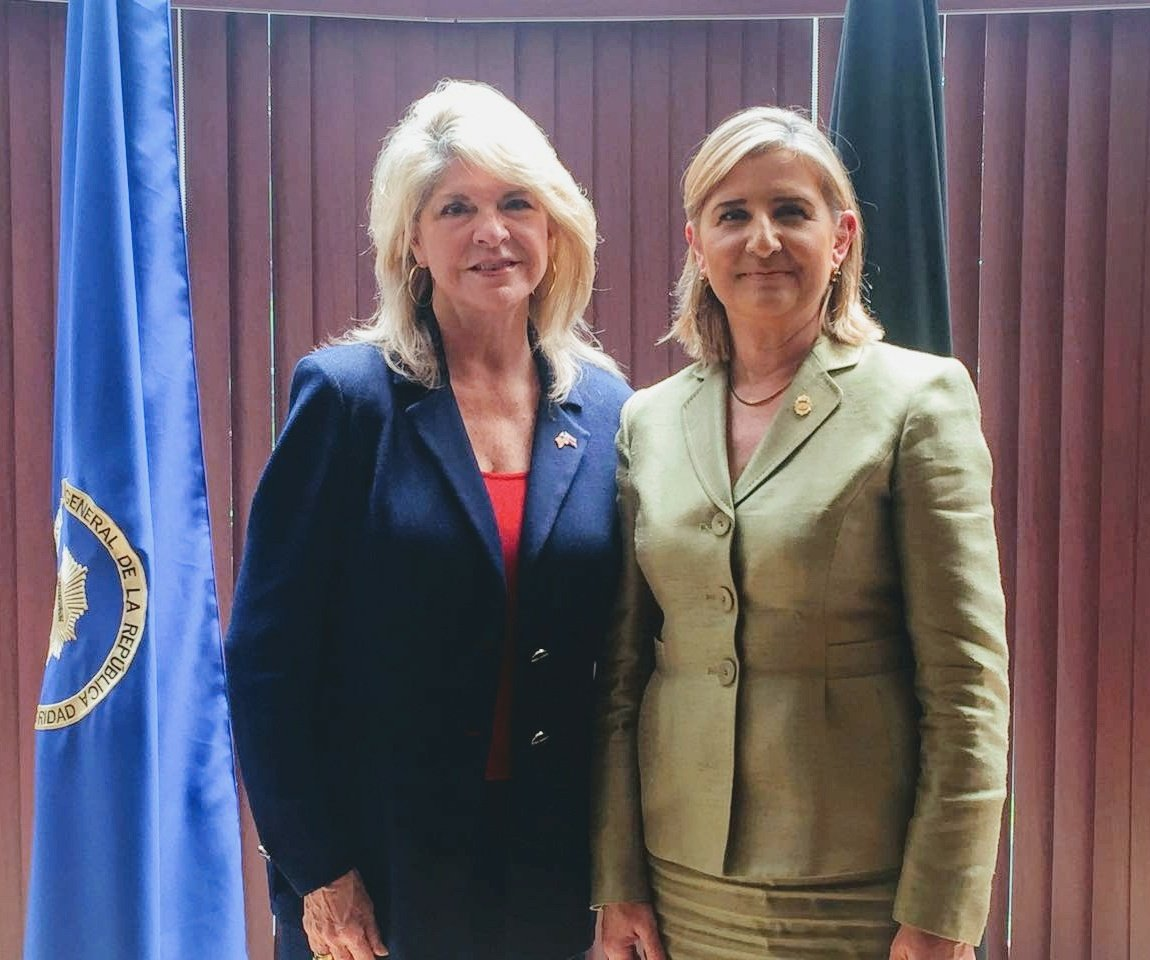 Fiscala Emilia Navas y Embajadora EE.UU. Sharon Day. Foto Twitter Fiscalia CR