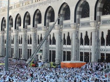 صور : محاولة إنتحار حاج أمس في الحرم الشريف .