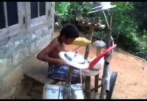 فيديو: طفل بالهند .. يعزف على عبوات حليب التموين الكويتي ..