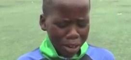فيديو:  طفل افريقي يقلد المعلق الرياضي فهد العتيبي بإتقان !