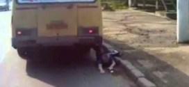 فيديو: باص يجرّ روسي بعدما علقت قدمه بالباب !