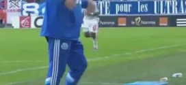 """فيديو: طريف.. مدرب مارسيليا الفرنسي يجلس علي كوب """"قهوة"""" ساخن !"""