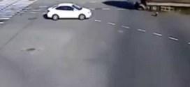 فيديو : حادث عنيف بين شاحنتين محملتين بالتراب !!