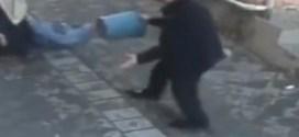 فيديو: تركي يوجه طعنات لزوجته في الشارع ورجل آخر ينقذها